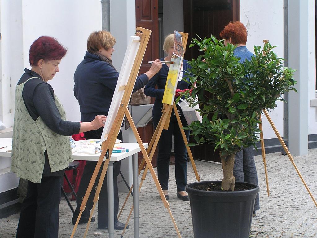 Aktywność seniorów - seniorzy malują obrazy