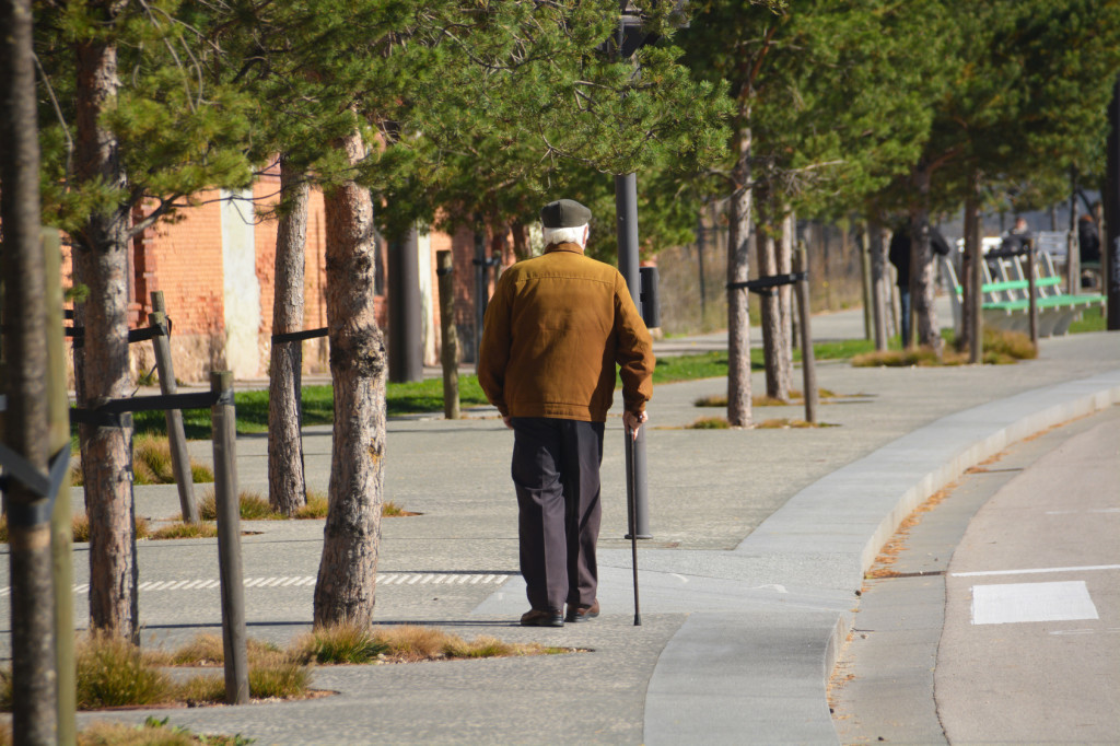 anciano paseando por la calle
